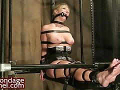 Jeune blonde attachée dans un bondage serré