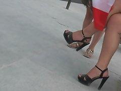 Miel caliente sincera con piernas sexy y tacones altos