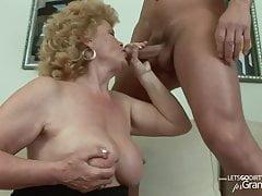 Blonde Kurzhaar-Oma gegen jungen Kerl