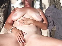 Zonnebadende naakte masturbatie