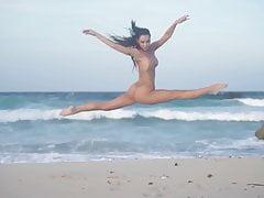 Alexis Ren i seksowne debiutantki na plaży - SI Swimsuit 2018