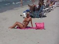 Aficionado rubio alemán en la playa pública
