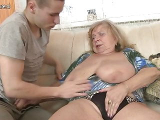 年輕男孩性交的老豐滿的祖母