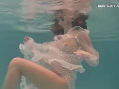 Falena bianca in un vestito sott'acqua