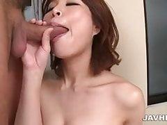 Peituda Erika Nishino fica desagradável em dois galos fortes