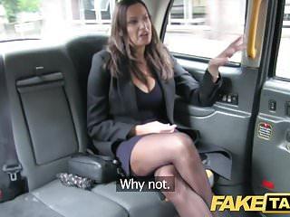 假出租車熱的豐滿寶貝得到巨大的射擊她的乳房
