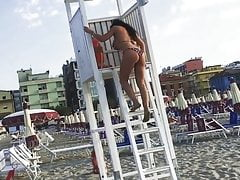 Vollbusige reife Milf zeigt ihren Arsch am Strand