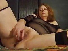 Červená vlasy manželka masturbuje k orgasmu