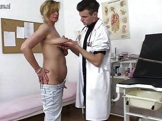 頑皮的母親他媽的和吸吮年輕的醫生