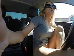 Dziewczyna Piss w swoim samochodzie
