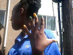 MILF Ebony Żółte i zielone palce