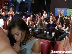 Divoké party babes sdílejí maskované striptérky kohout