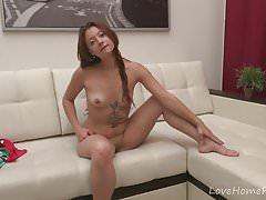 Hervorragende Teen Hottie strippt und masturbiert vor der Kamera