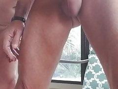 Masturbación con la mano en el patio