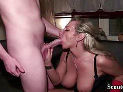 Madre alemana consuela a Dick grande amiga de hija con joder