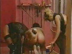 Lo schiavo del cazzo di 2 Mistress con KOLI cinturino