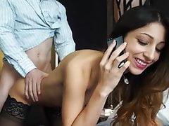 Mamuśka bierze dużego koguta rozmawiającego z mężem przez telefon