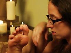 Modello con twintails e occhiali lecca i suoi piedi carini puliti.