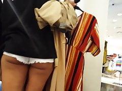 Candid voyeur latin teen pokazuje duże zakupy policzek