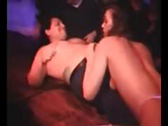 Stripper entlarvt und erniedrigt einen kleinen Schwanz auf der Bühne
