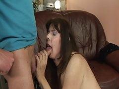 Saison GILF: Une femme mûre se masturbe avant de baiser