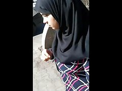 Adolescente árabe con grandes tetas y tacón espiando en la calle.