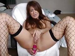 Asiatico con vibratore rosa che fa anale