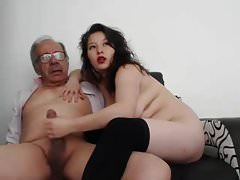 Eine junge Frau masturbiert einen alten Mann und er ist fertig