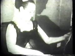 Sexy Brunet in Dessous spielt mit einem Dildo in ihrer engen Muschi