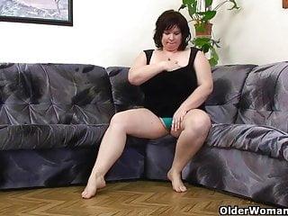 BBW媽媽與巨大的山雀亂搞自己的假陽具