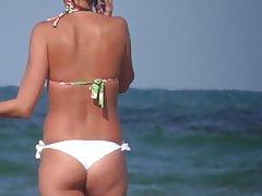Sexy Babe, das am Strand sich auszieht