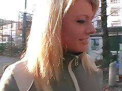 Streetcasting in Germania! La bionda è eccitata!