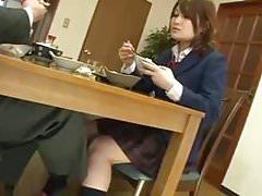 Prendre le déjeuner avec une écolière