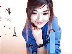 Fein geschnittene asiatische Süsse tanzt in heißen Shorts und Tanga