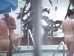 nue dans la piscine