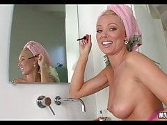 Amazing Blonde MILF macht sich bereit