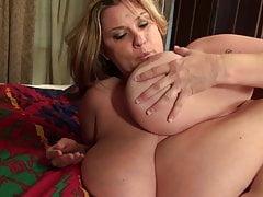 Mère mature avec d'énormes seins naturels juteux