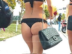 Culo agradable sincero en bikini negro