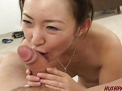 Azjatycka nastolatka jest do bani i pieprzy się, by zostać zrzutu spermy