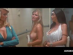 Angela Aames y Anne Gaybis en The Lost Empire