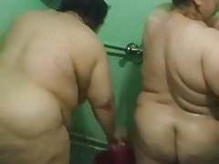 Dos grandes maduras iraquíes en la ducha