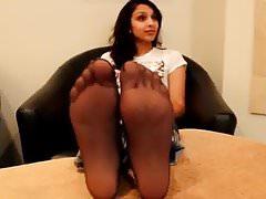 Hübsches arabisches Mädchen zeigt Füße in Nylons
