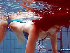 Rothaarige im blauen Bikini, der ihren Körper zeigt