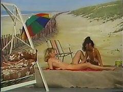 dwie lesbijki grające na tle plaży