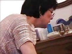 Oma mit Brille, die Anal tut