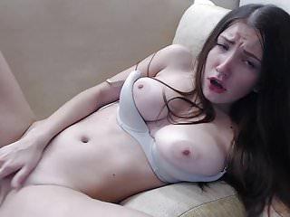 青少年布魯內特自慰與振動器在她的屁股