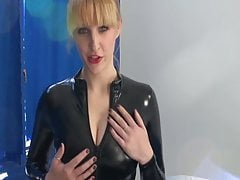 Jak se jmenuje Cute Blonde Mistress Dominatrix?