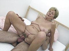 Giovane ragazzo scopa nonna