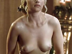 Emilia Clarke mostra tette e culo che escono dalla vasca