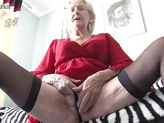 英國奶奶炫耀她的貨物